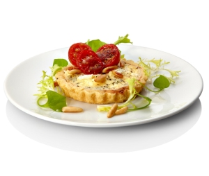 Oven-baked small quiches with pine nuts and cherry tomatoes (1)